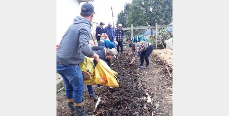 Administração de Imbuia desenvolve projeto que incentiva a criação de hortas e pomares nas escolas