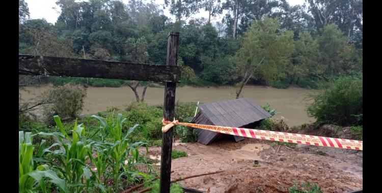 Residência cai dentro de rio no Alto Vale
